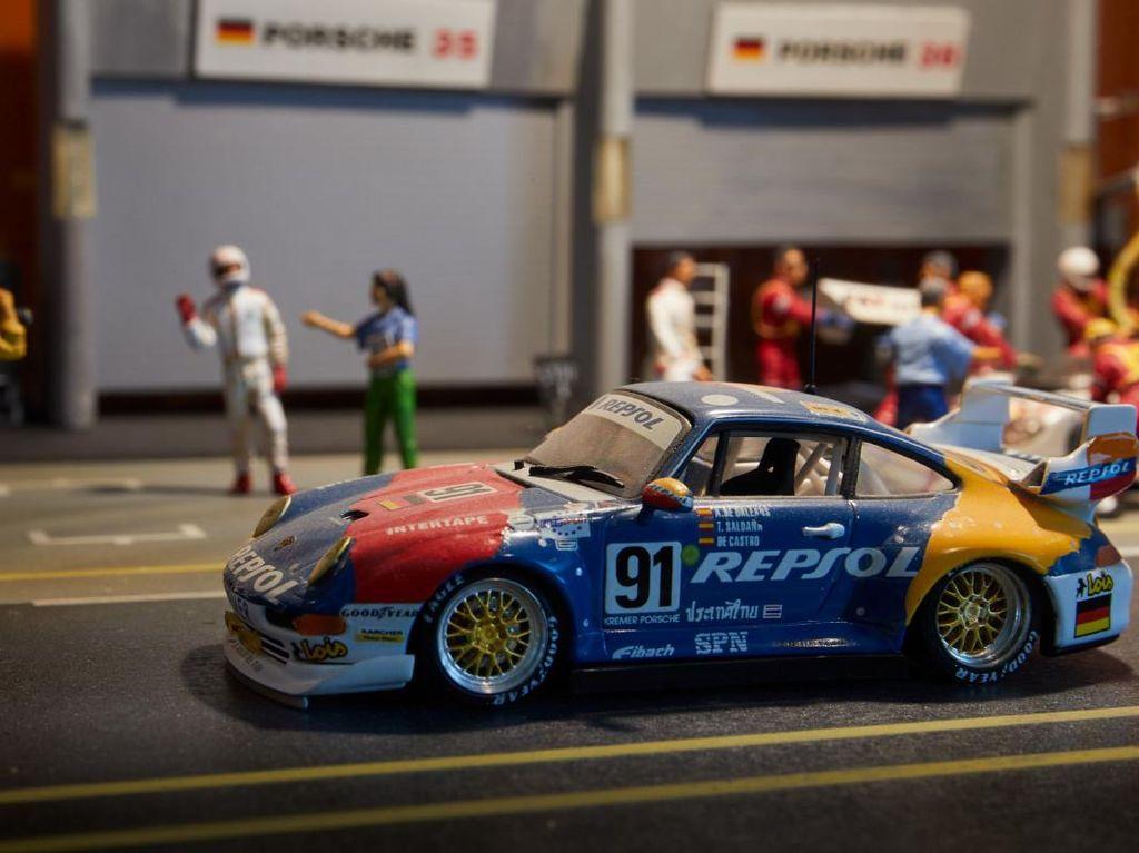 Hobi Koleksi Diecast Porsche, Pria Ini Dapat Hadiah Tak Terduga