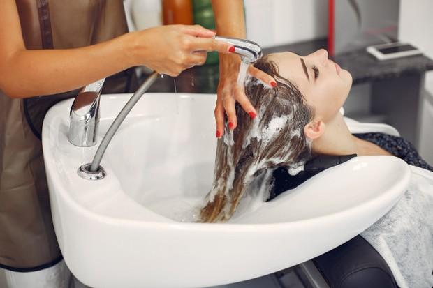 Membilas rambut usai menggunakan air dingin sangat disarankan karena dapat membersihkan sisa-sisa shampo atau kondisioner dari kulit kepala.