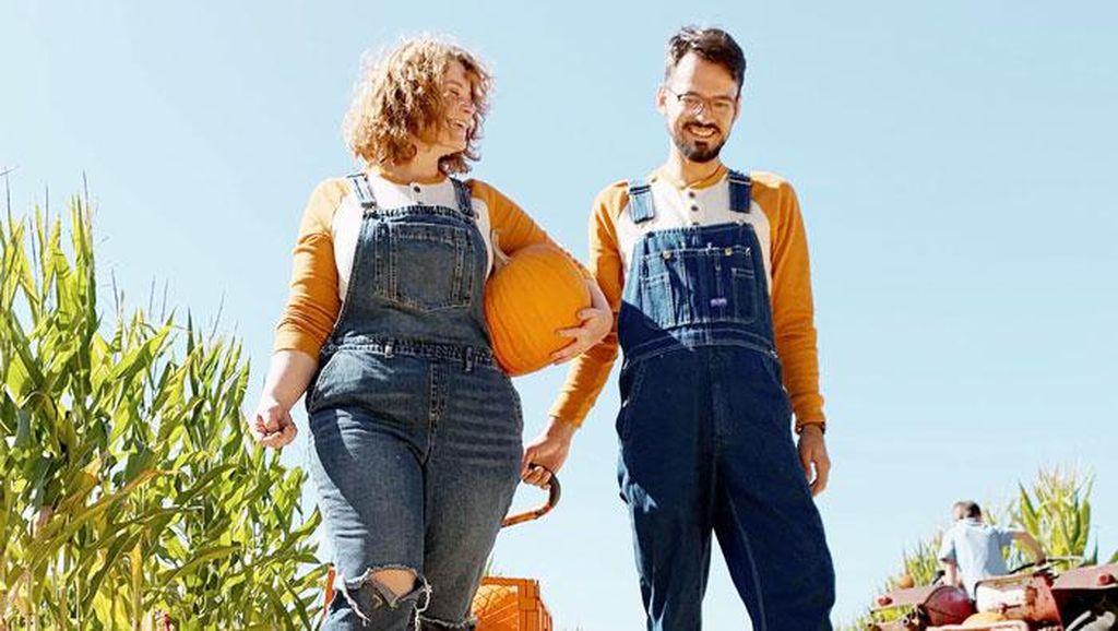 Foto Pasangan Kompak Berkostum dengan Peliharaan, Dianggap Siksa Hewan