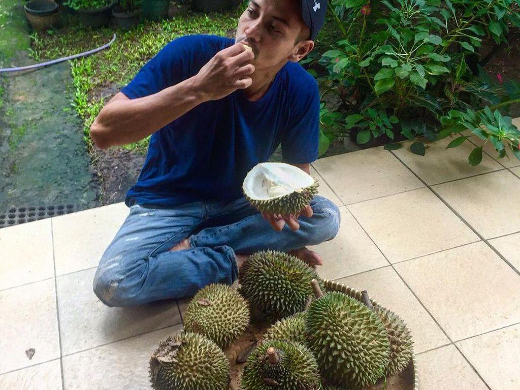 Intip Keseruan Fauzi Baadilla saat Santap Durian