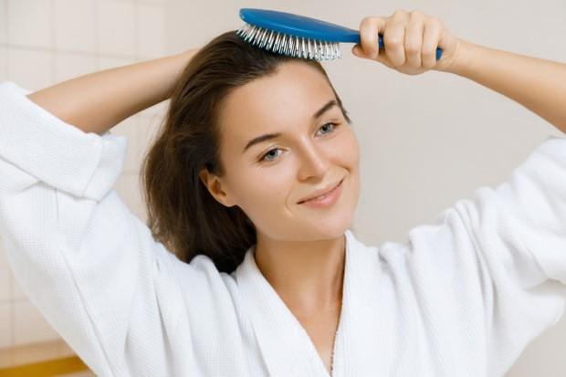 Rutin menyisir rambut dapat meluruhkan produksi sel kepala yang berlebihan.