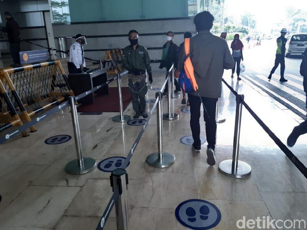 Perhatian! Naik Eskalator di Mal Harus Jaga Jarak Juga