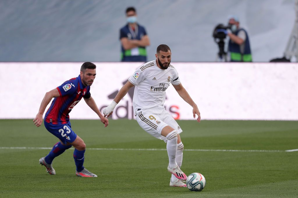 MADRID, SPAIN - JUNE 14: Anaitz Arbilla of Eibar battles for possession with Karim Benzema of Real Madrid  during the Liga match between Real Madrid CF and SD Eibar SAD at Estadio Alfredo Di Stefano on June 14, 2020 in Madrid, Spain. (Photo by Gonzalo Arroyo Moreno/Getty Images)
