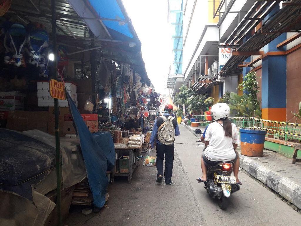Ramai PKL di Pintu Masuk Pasar Jatinegara Hiraukan Sistem Ganjil Genap