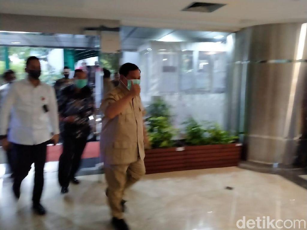 Ditanya Hasil Ketemu Luhut, Prabowo Hanya Melambai