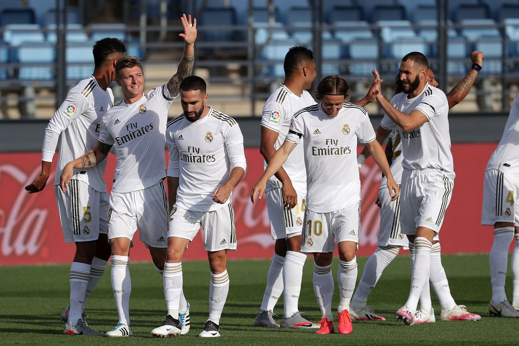 MADRID, SPAIN - JUNE 14: Toni Kroos of Real Madrid celebrates with his team after scoring his teams first goal during the Liga match between Real Madrid CF and SD Eibar SAD at Estadio Alfredo Di Stefano on June 14, 2020 in Madrid, Spain. (Photo by Gonzalo Arroyo Moreno/Getty Images)
