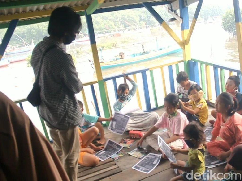 Saat Anak-anak Pesisir Pasuruan Riang Gembira Belajar di Taman Baca