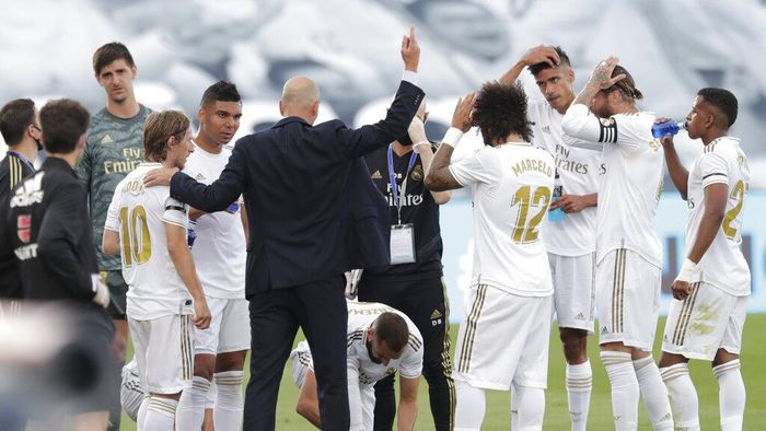 Real Madrids head coach Zinedine Zidane, centre, directs his players as they stop to drink during the Spanish La Liga soccer match between Real Madrid and Eibar at Alfredo di Stefano stadium in Madrid, Spain, Sunday, June 14, 2020. (AP Photo/Bernat Armangue)