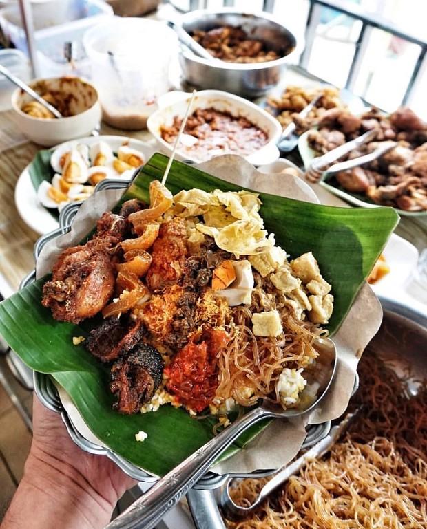 Nasi serpang merupakan makanan khas madura yang paling recomended. Hampir mirip seperti nasi rames, hanya saja isian lauk pauknya lebih banyak dan beragam. Cocok dijadikan sebagai menu sarapan selama berada di madura