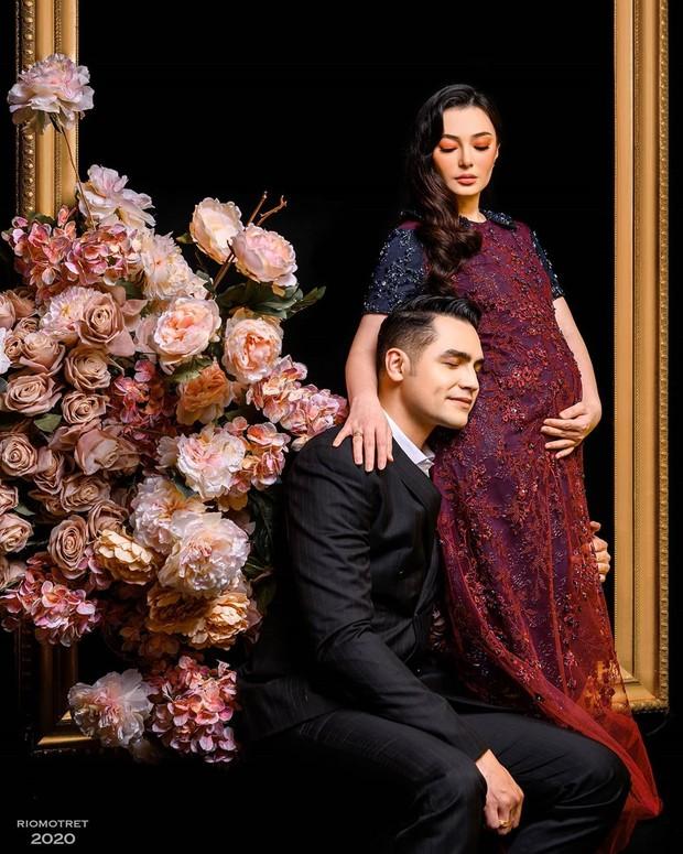 Asmirandahdan Jonas Rivanno memilih tema elagan dalam foto maternity pertama mereka.