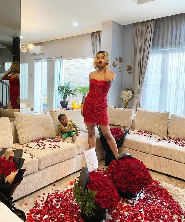 Greg memberi kejutan empat bucket besar bunga mawar merah dan sebuah kalung emas kepada Kimmy Jayanti.