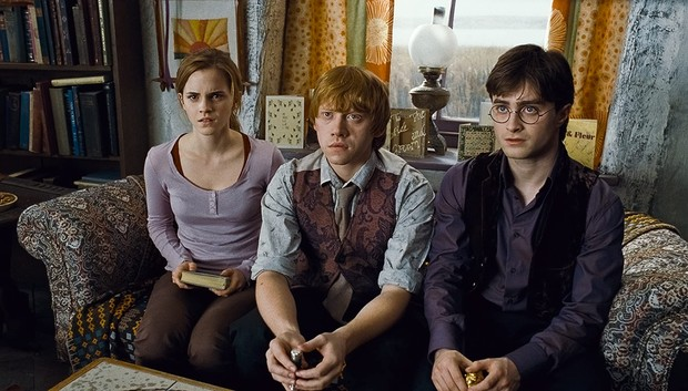 Film fantasi Harry Potter yang dibintangi Daniel Radcliffe, Rupert Grint dan Emma Watson ini kental dengan cerita sihir dan juga persahabatannya.