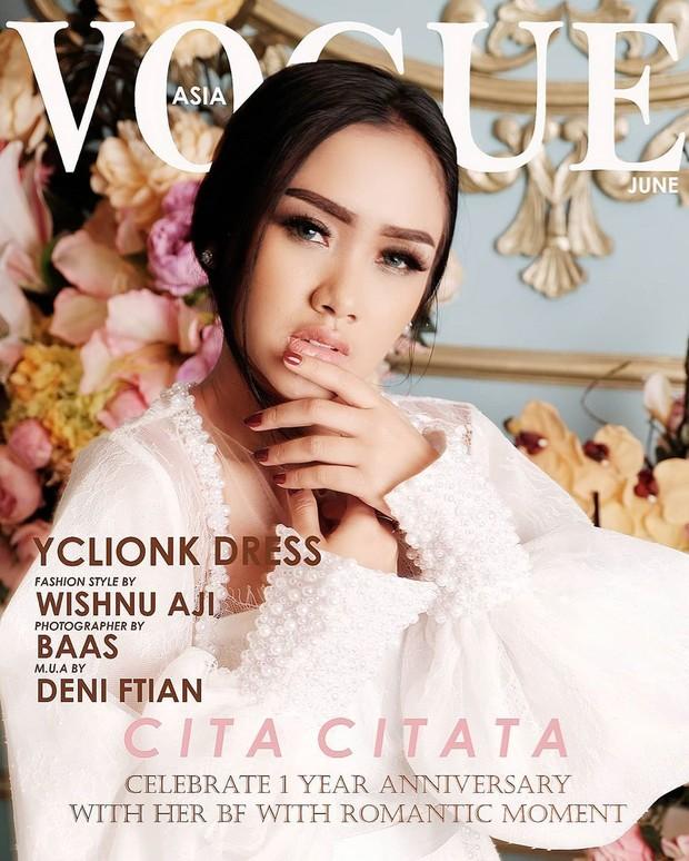 Cita Citata tampil dengan sorotan mata yang memikat saat mengikuti Vogue challenge.