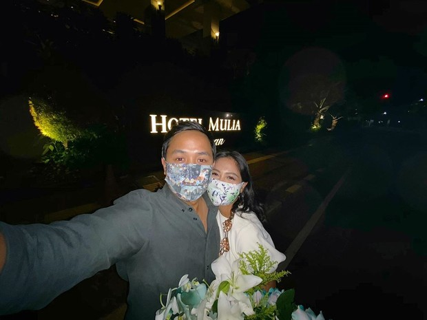 Caca Tengker dan sang suami berkeliling Jakarta mengunjungi tempat-tempat sejarah dalam hubungan mereka untuk merayakan anniversary.