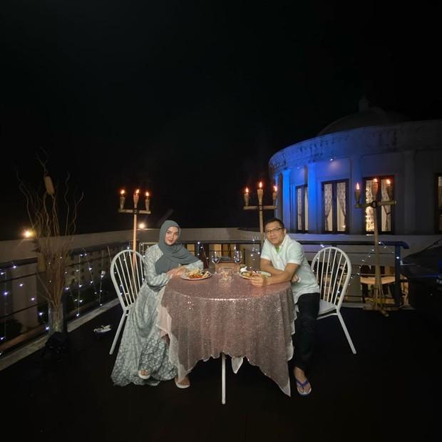 Anang Hermansyah dan Ashanty merayakan wedding anniversary kedelapan dengan menggelar makan malam dirooftoprumah mereka.