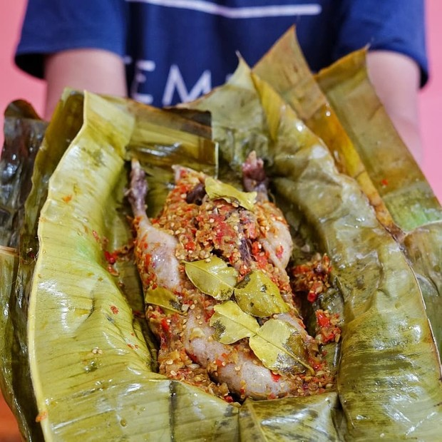 Merupakan olahan daging bebek kukus yang dibumbui dengan rempah-rempah dan sambal khas madura. Dagingnya empuk dan bumbunya meresap sampai ketulang. Cocok dijadikan sebagai santap makan siang selama di madura