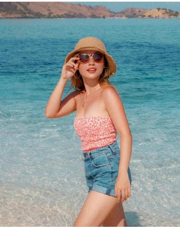 Gel Angelicca menikmati liburan di pantai