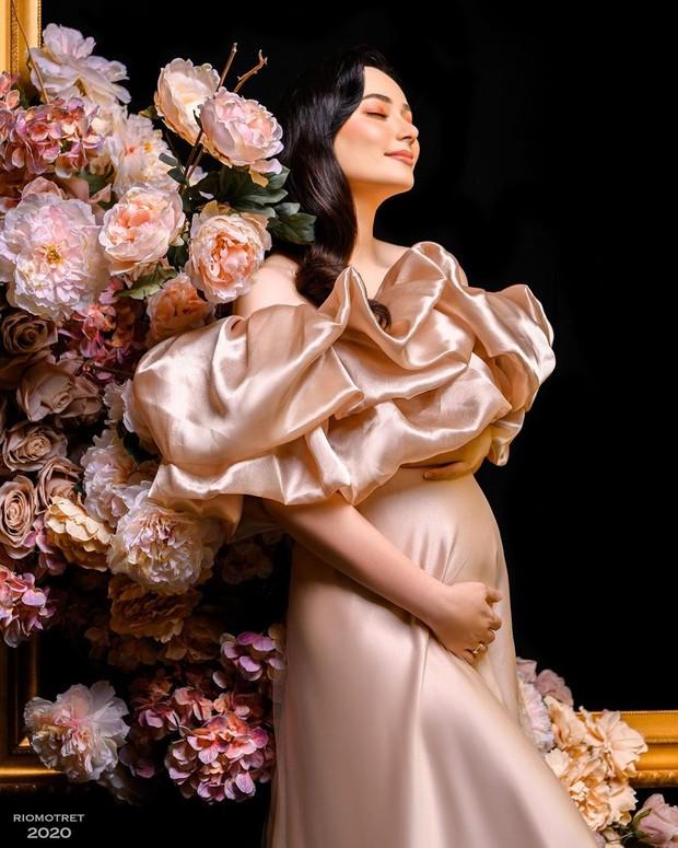 Dalam sesi selanjutnya, Asmirandah berfoto seorang diri. Ia tampak cantik dan mempesona bak seorang princess.