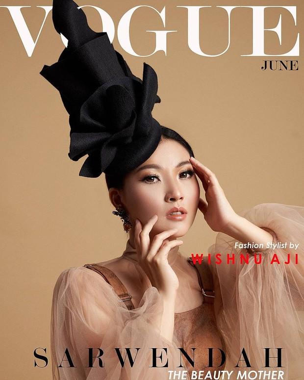 Kerap mengenakan daster, Sarwendah tampil cantik dan mempesona saat mengikuti Vogue challenge.