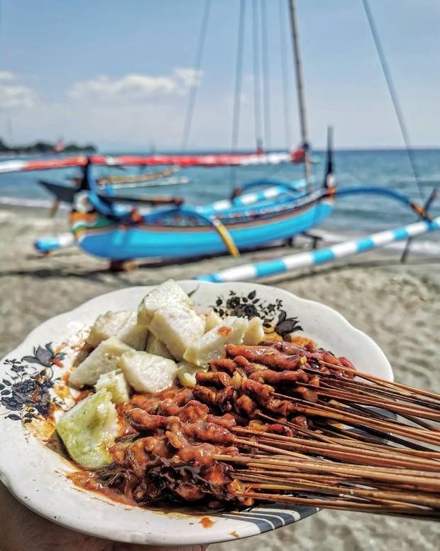 Sate laler/lalat merupakan makanan khas madura. Disebut sate laler karena memiliki potongan daging yang kecil-kecil mirip seperti tubuh laler/lalat.