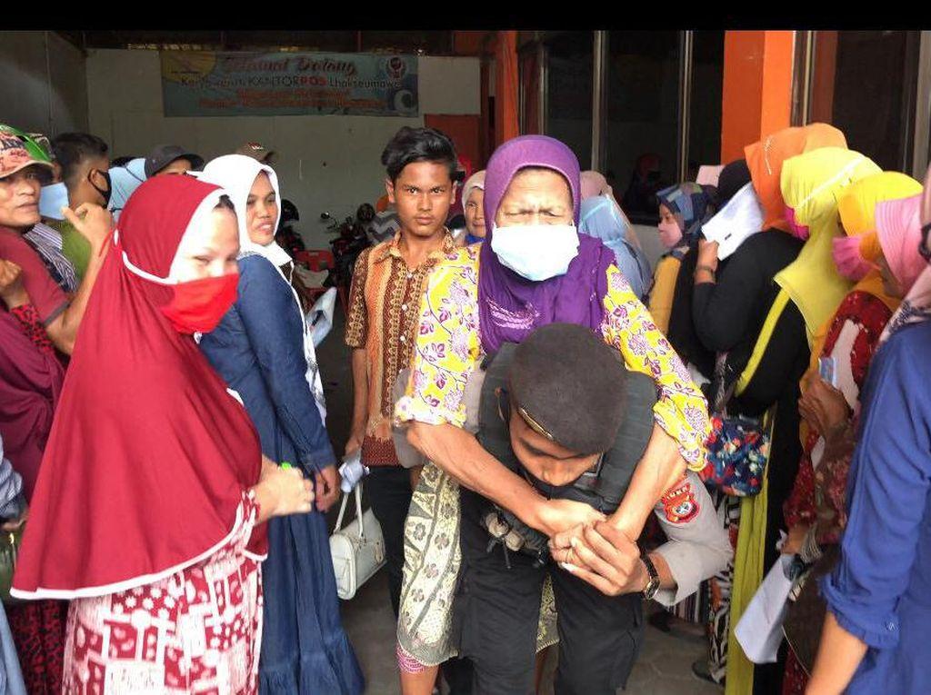 Viral Polisi di Aceh Bopong Nenek Lumpuh Antre Ambil BLT di Kantor Pos