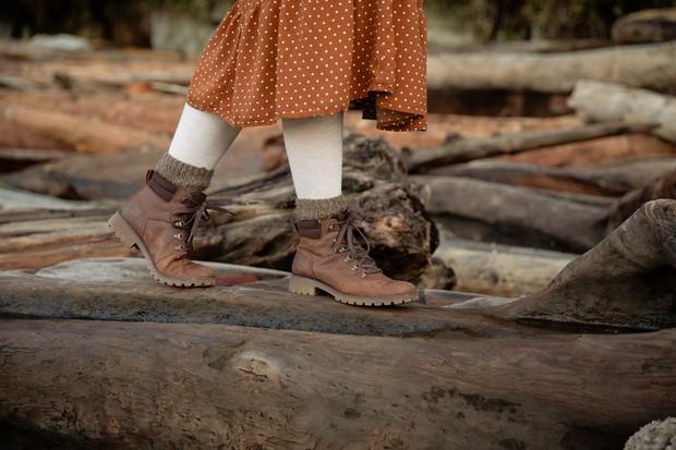 Stocking dapat digunakan untuk penutup kaki yang tampak saat menggunakan rok tiga perempat.