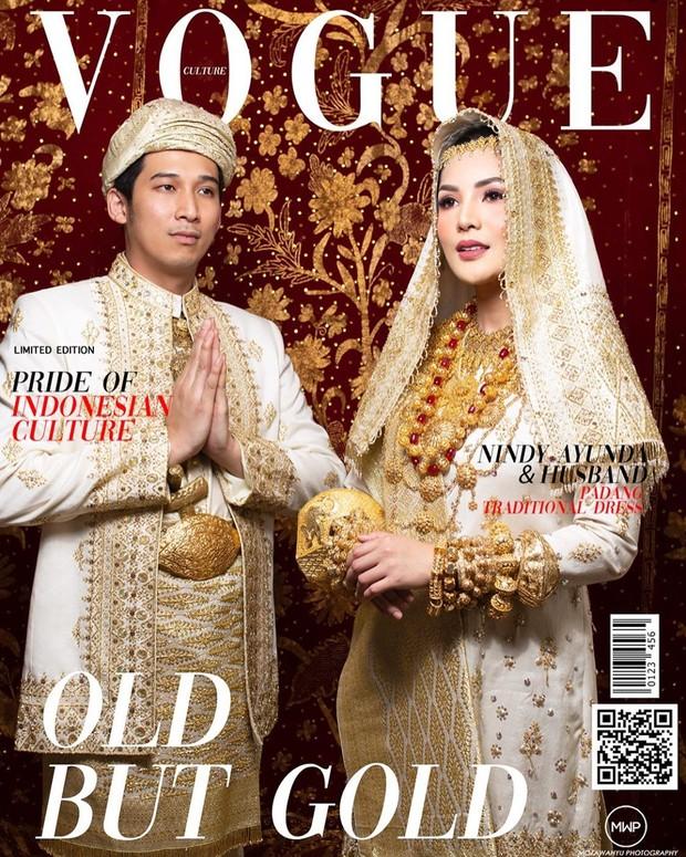 Nindy tampil bersama sang suami mengenakan pakaian adat Minangkabau yang tampak elegan.