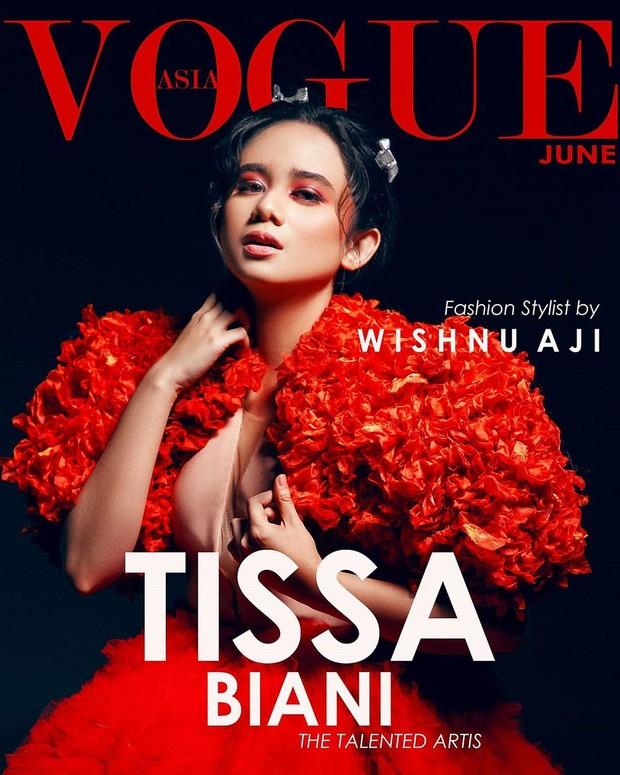 Artis cantik Tissa Biani tampil cetar dan memukau dengan warna merah.