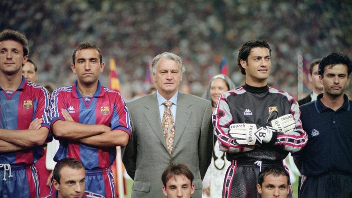 SPAIN - NOVEMBER 15: Barcelona manager Bobby Robson (center back row) poses for a team picture with his players and assistant coach Jose Mourinho (r) before the Trofeu Joan Gamper match between Barcelona and San Lorenzo at the Nou Camp on August 20, 1996 in Barcelona, Spain. (Photo by Shaun Botterill/Allsport/Getty Images)