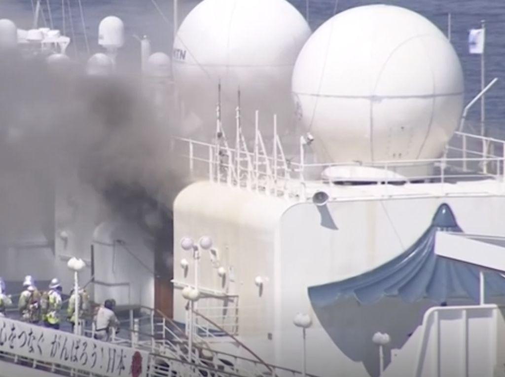 Video Kapal Pesiar di Jepang Terbakar Saat Sandar di Pelabuhan