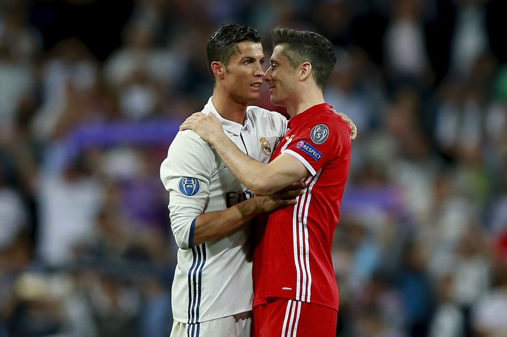 MADRID, SPAIN - APRIL 18:  Cristiano Ronaldo (L) of Real Madrid CF clashes hands with Robert Lewandowski (R) of Bayern Muenchen after the UEFA Champions League Quarter Final second leg match between Real Madrid CF and FC Bayern Muenchen at Estadio Santiago Bernabeu on April 18, 2017 in Madrid, Spain.  (Photo by Gonzalo Arroyo Moreno/Getty Images)
