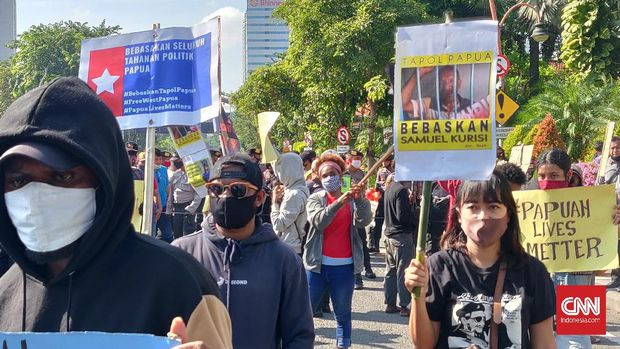 Puluhan orang yang mengatasnamakan dirinya Aliansi Mahasiswa Papua (AMP) menggelar aksi demonstari damai di depan Gedung Negara Grahadi, Surabaya.