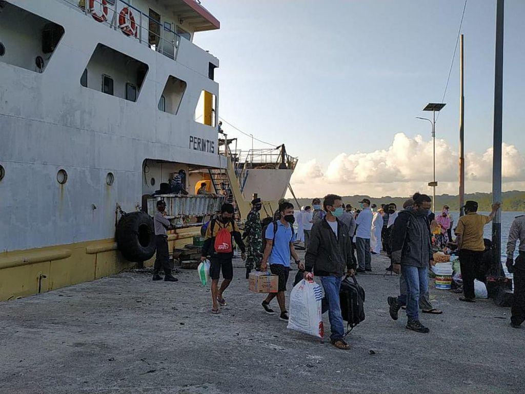 Bagikan ke Pulau Enggano Bengkulu, Petugas Penyalur BST Tempuh 12 Jam di Lautan