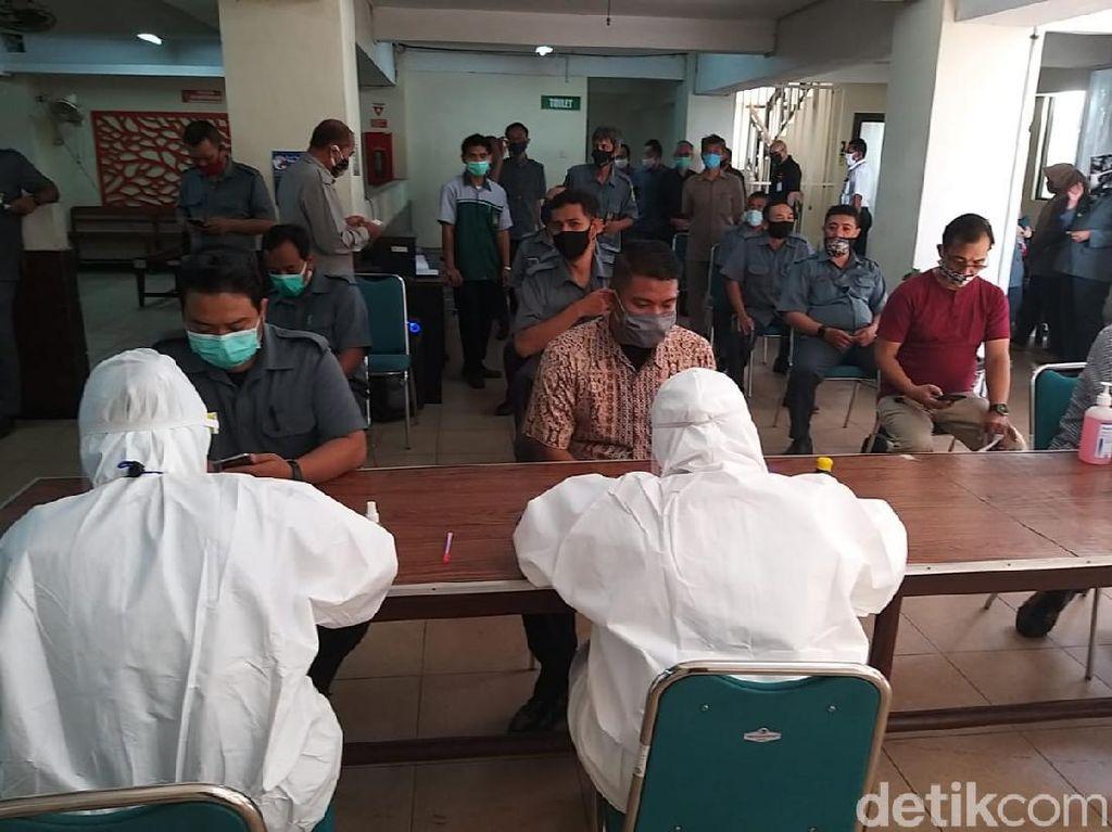 Ratusan Pegawai Pengadilan Negeri Surabaya Rapid Test