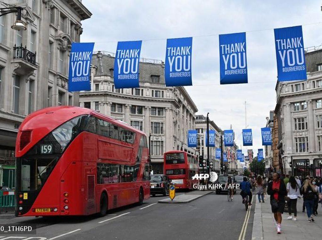 Inggris Longgarkan Lockdown, Antrean Terjadi di Pusat Perbelanjaan
