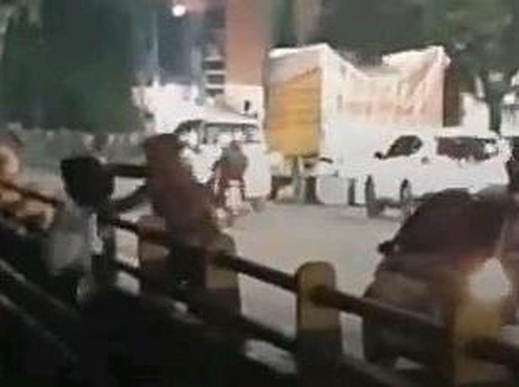 Bah! Warga di Medan Sengaja Turun dari Mobil Buat Buang Sampah ke Sungai