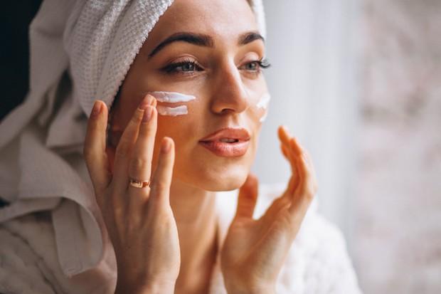 Membersihkan wajah dengan cleansing balm