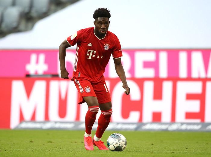 MUNICH, GERMANY - JUNE 13:  Alphonos Davies of FC Bayern Muenchen runs with the ball during the Bundesliga match between FC Bayern Muenchen and Borussia Moenchengladbach at Allianz Arena on June 13, 2020 in Munich, Germany. (Photo by Alexander Hassenstein/Getty Images)