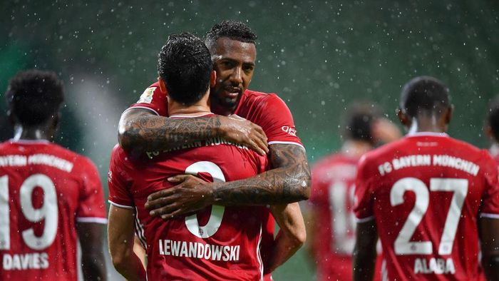 BREMEN, GERMANY - JUNE 16: Robert Lewandowski of Bayern Munich celebrates with teammate Jerome Boateng of Bayern Munich after scoring his teams first goal during the Bundesliga match between SV Werder Bremen and FC Bayern Muenchen at Wohninvest Weserstadion on June 16, 2020 in Bremen, Germany. (Photo by Stuart Franklin/Getty Images)