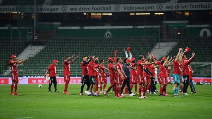 BREMEN, GERMANY - JUNE 16: Players of Bayern Munich celebrate securing the Bundesliga title in front of empty stands following their victory in the Bundesliga match between SV Werder Bremen and FC Bayern Muenchen at Wohninvest Weserstadion on June 16, 2020 in Bremen, Germany. (Photo by Stuart Franklin/Getty Images)