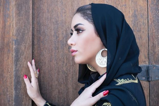 Hijab selendang dengan menggunakan pashmina juga akan sangat manis jika dilengkapi dengan pemakaian anting.
