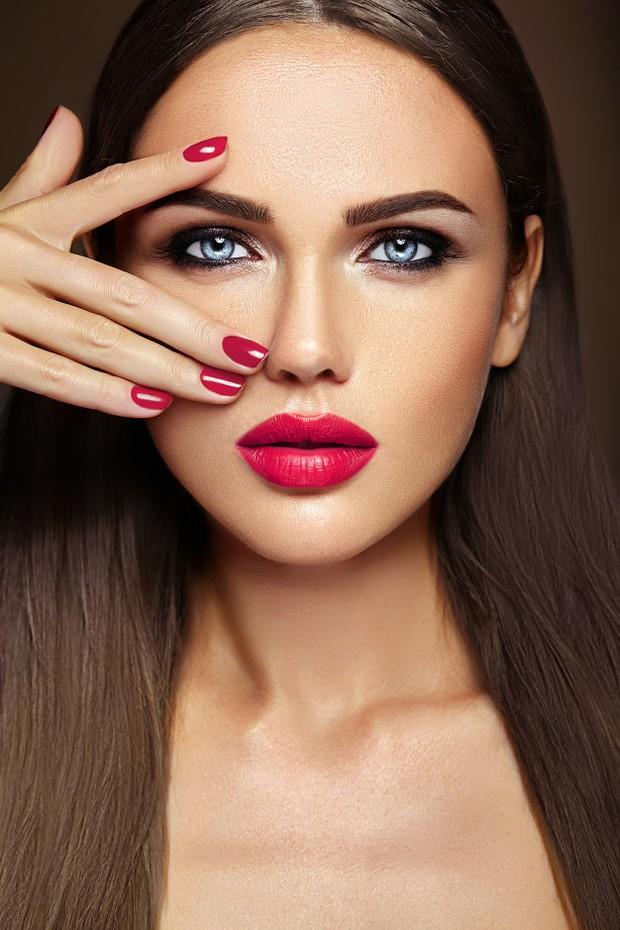Menghapus Makeup hingga meleleh menggunakan cleansing oil