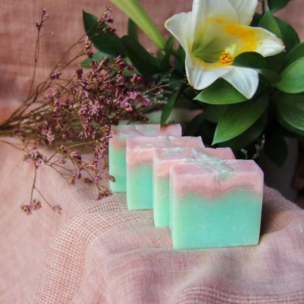 Sabun organik dibuat dari bahan yang ramah lingkungan.