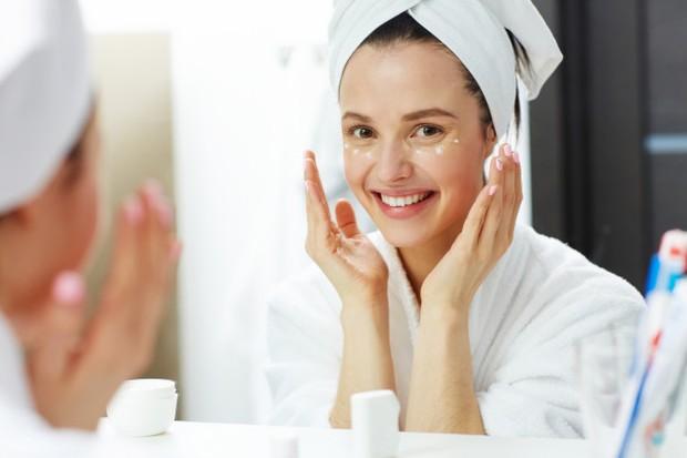 Membersihkan wajah dengan milk cleanser