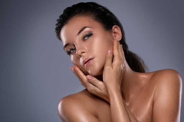 Menggunakan Cleansing Oil untuk membersihkan makeup