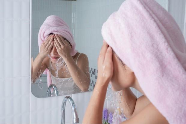 Membilas wajah menggunakan air hingga bersih