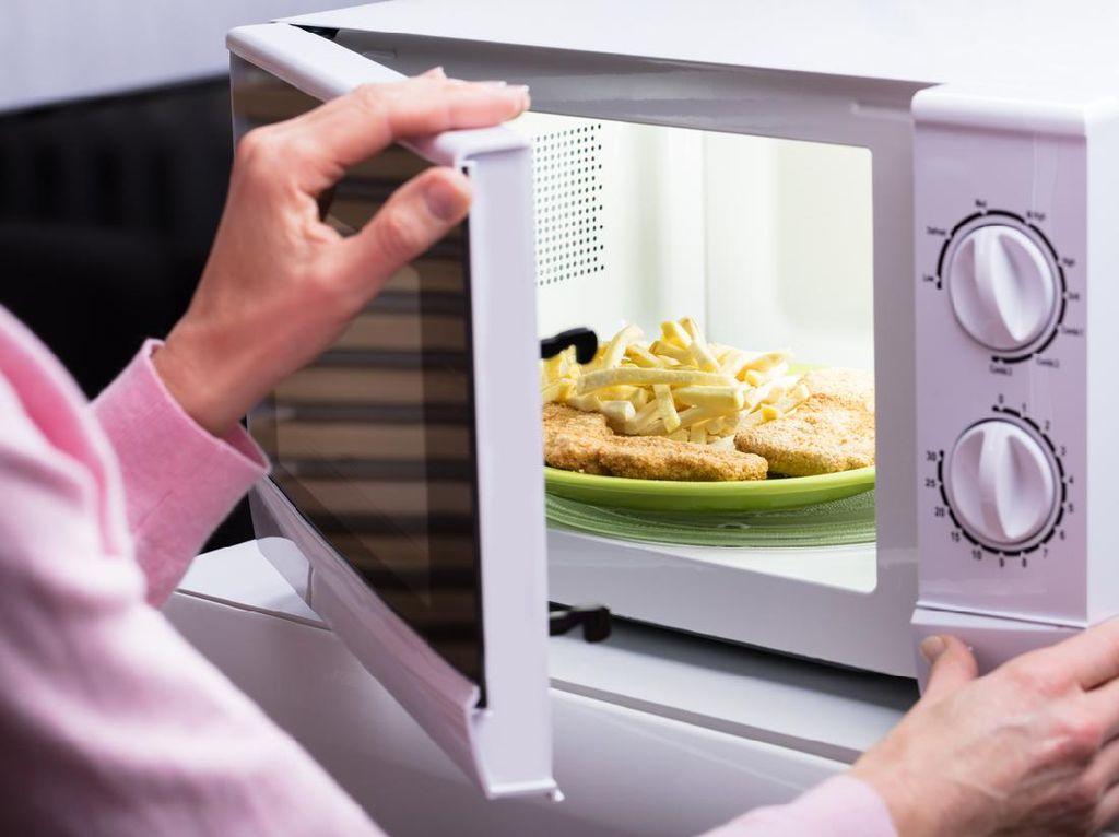 Amankah Memanaskan Wadah Plastik dalam Microwave? Ini Penjelasannya