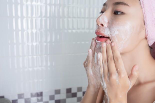 Mencuci wajah menggunakan facial wash