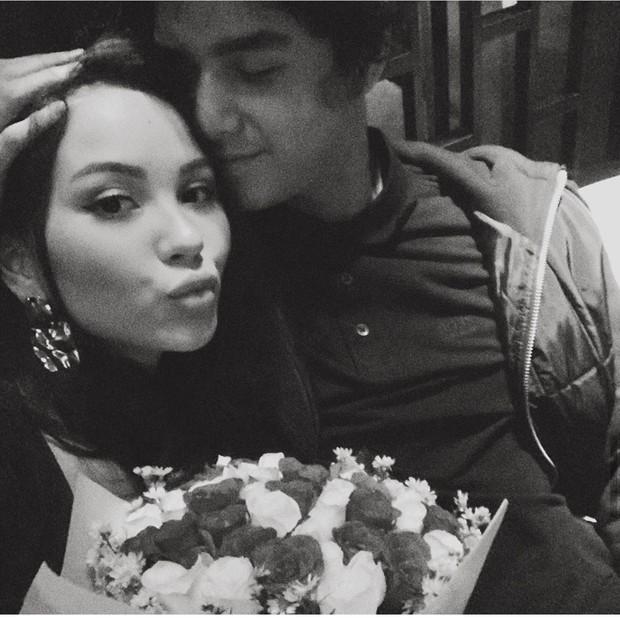 Pada perayaan hari jadi keempat, Al mengajak Alyssa makan malam romantis serta memberikan buket bunga mawar.