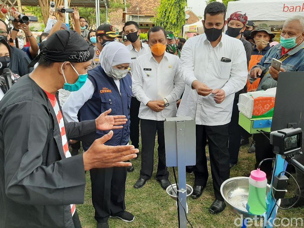 Datangi Kampung Benteng Kota Probolinggo, Khofifah Puji Hand Sanitizer Sensor